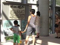2012.8.3-2原爆の絵展示(休憩時ロビー).JPG